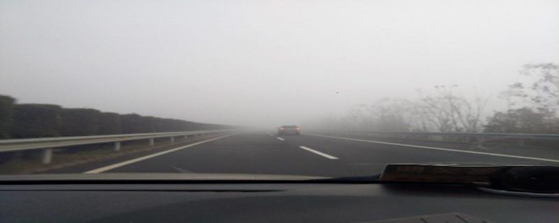 驾驶机动车在高速公路遇到能见度低于100米的气象条件时,最高车速是多少?