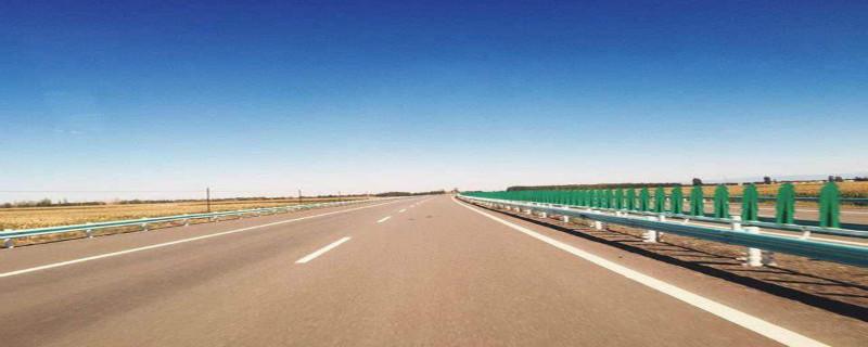 驾驶机动车由加速车道进入高速公路,应如何行驶?